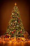 Iluminação da árvore de Natal na noite, suspensão das decorações do Xmas imagem de stock royalty free