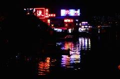 Iluminação da cidade de Hong Kong na opinião colorida da noite do beira-mar Fotos de Stock Royalty Free