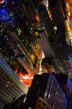 Iluminação da cidade de Hong Kong no wiev colorido do nigt da barra do telhado Foto de Stock