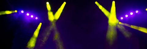 Iluminação da fase no concerto da noite de um grupo de rock imagem de stock