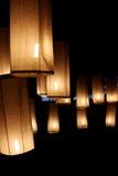 Iluminação da lâmpada na noite. fotos de stock