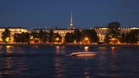 Iluminação da noite da costa de Neva em St Petersburg Fotografia de Stock