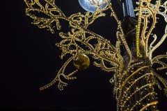 Iluminação da noite por feriados do Natal foto de stock