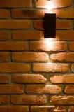 Iluminação da parede do diodo emissor de luz, tijolo vermelho e fundo claro imagem de stock royalty free