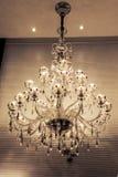A iluminação de cristal do candelabro, candelabro de parede da parede, luz morna, a luz da esperança, ilumina acima seu tempo ide Fotografia de Stock Royalty Free