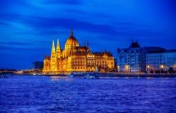 Iluminação de noite atrasada do parlamento húngaro em budapest fotos de stock royalty free