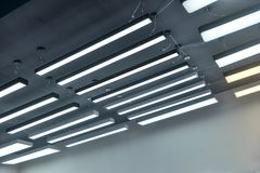 Iluminação de suspensão Led na construção comercial imagens de stock