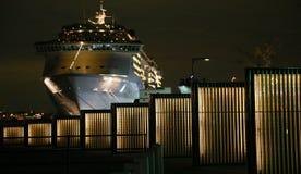 Iluminação de um navio de passageiro e do parque do porto fotos de stock