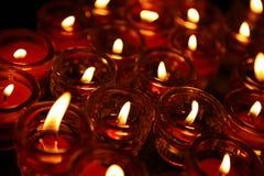 Iluminação de velas Praying em um templo. Foto de Stock Royalty Free