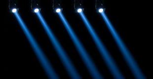 Iluminação do concerto contra um fundo escuro fotografia de stock royalty free
