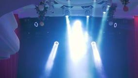 Iluminação do concerto contra um ilustration escuro do fundo Projector no estágio Fase livre com luzes, dispositivos de iluminaçã vídeos de arquivo