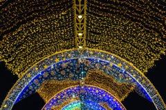 Iluminação do Natal na noite imagens de stock