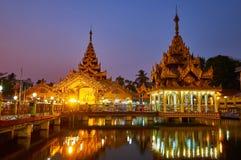 Iluminação do santuário budista, Yangon, Myanmar fotografia de stock