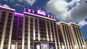 Iluminação dos feriados do ano novo do Natal e construção da duma de estado do conjunto federal da Federação Russa na noite, video estoque