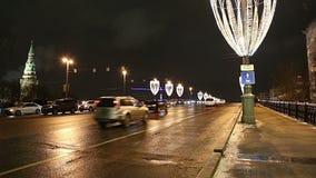 Iluminação dos feriados do ano novo do Natal e grande ponte de pedra na noite, Moscou, Rússia video estoque