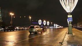 Iluminação dos feriados do ano novo do Natal e grande ponte de pedra na noite, Moscou, Rússia vídeos de arquivo