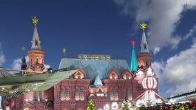 Iluminação dos feriados do ano novo do Natal e inscrição histórica do museu do estado no russo na noite, em Moscou, Rússia vídeos de arquivo