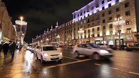 Iluminação dos feriados do Natal e do ano novo e tráfego dos carros na rua de Tverskaya do centro da cidade de Moscou perto do Kr vídeos de arquivo