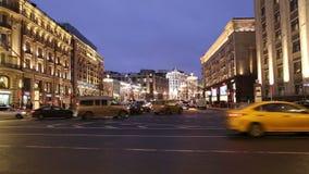 Iluminação dos feriados do Natal e do ano novo e tráfego dos carros na rua de Tverskaya do centro da cidade de Moscou perto do Kr video estoque