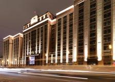 Iluminação dos feriados do Natal e do ano novo e construção da duma de estado na noite, Moscou, Rússia imagens de stock