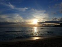 Iluminação dramática dos pores do sol sobre montanhas de Waianae com luz r Fotos de Stock Royalty Free