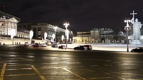 Iluminação e monumento dos feriados do ano novo do Natal ao príncipe santamente Vladimir o grande no quadrado de Borovitskaya em  vídeos de arquivo
