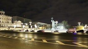 Iluminação e monumento dos feriados do ano novo do Natal ao príncipe santamente Vladimir o grande no quadrado de Borovitskaya em  filme
