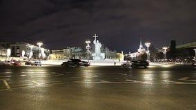 Iluminação e monumento dos feriados do ano novo do Natal ao príncipe santamente Vladimir o grande no quadrado de Borovitskaya em  video estoque