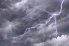 Iluminação em um céu tormentoso dramático Fotos de Stock
