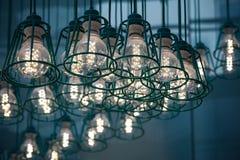 Iluminação estilizado do vintage com as lâmpadas modernas do diodo emissor de luz imagens de stock