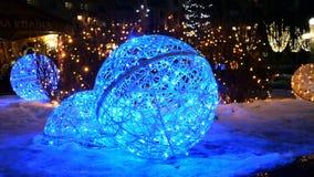 Iluminação festiva Bola com interior iluminado azul artificial na rua do inverno da noite em feriados do Natal vídeos de arquivo