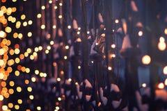 Iluminação festiva na cerca no tempo de inverno da noite, ab fotografia de stock royalty free