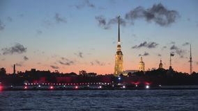 Iluminação festiva na fortaleza velha de Peter e de Paul St Petersburg video estoque