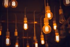Iluminação interior do café da ampola do cair do borrão fotografia de stock royalty free