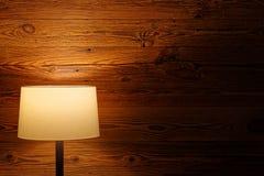 Iluminação interna pela lâmpada de assoalho na parede de madeira imagem de stock royalty free