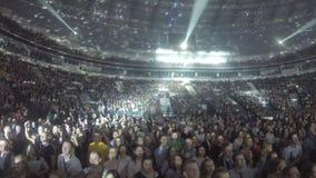 A iluminação mancha mover sobre o teto, piscamento claro Multidão que aprecia o concerto video estoque