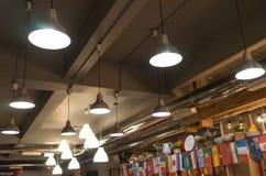 Iluminação no café e nas bandeiras pequenas de países diferentes no interior Foto de Stock