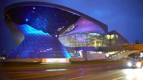 Iluminação surpreendente na construção futurista moderna, centro de negócios novo filme