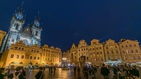 Iluminações da noite do timelapse velho mágico da praça da cidade em Praga vídeos de arquivo