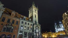 Iluminações da noite o do hyperlapse do timelapse da câmara municipal, da praça da cidade e da igreja velhos do conto de fadas de filme