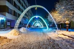 Iluminações festivas nas ruas da cidade fotografia de stock