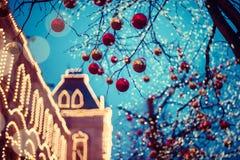 Iluminações festivas nas ruas da cidade Natal em Moscou, Rússia Quadrado vermelho imagem de stock royalty free