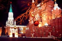 Iluminações festivas nas ruas da cidade Natal em Moscou, Rússia Quadrado vermelho foto de stock royalty free