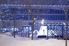 Iluminações no inverno no 'de PuÅ awy, árvores iluminadas do Natal, Polônia, 01 2013 Imagem de Stock