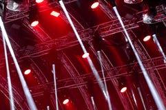 Ilumina??o colorida do concerto Raios de luz da iluminação do concerto em um fundo escuro acima da tela do projetor foto de stock royalty free