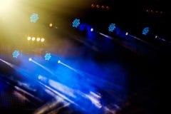 Ilumina??o da fase durante um concerto de um grupo de rock fotos de stock royalty free