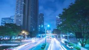 Iluminación azul de neón constante asombrosa de la luz de la noche del lapso de tiempo en el camino céntrico moderno de la carret almacen de video