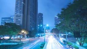 Iluminación azul de neón constante imponente de la luz de la noche del lapso de tiempo en el camino céntrico moderno de la carret metrajes
