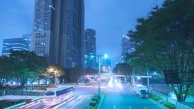 Iluminación azul de neón constante maravillosa de la luz de la noche del lapso de tiempo en el camino céntrico moderno de la carr metrajes