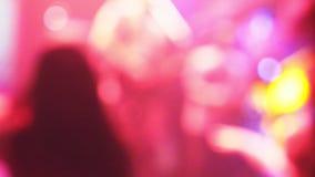 Iluminación borrosa en un club nocturno para el fondo La luz corta entonó imagen Bokeh para el concepto del fondo metrajes